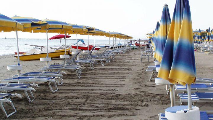 Spiagge, mascherina obbligatoria e divieto per chi ha 37,5 di febbre