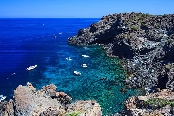 Pantelleria: un'ancora di salvezza nera, blu e verde